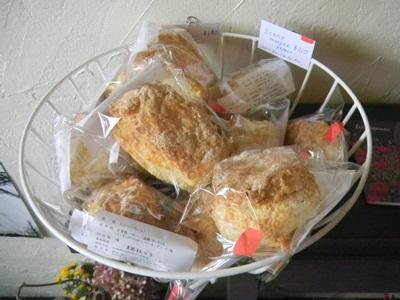 てげてげ喫茶店内にて「坂田焼菓子店」のスコーン