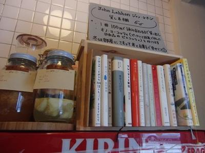 MUCUS店内 ジョンレホンさんの貸し本棚