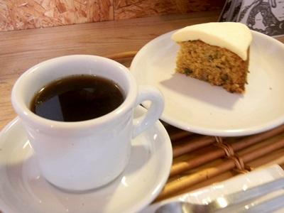 キャロットケーキとフレンチプレスコーヒー