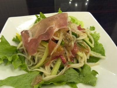 生ハムとフレッシュ野菜のサラダ風スパゲッチー