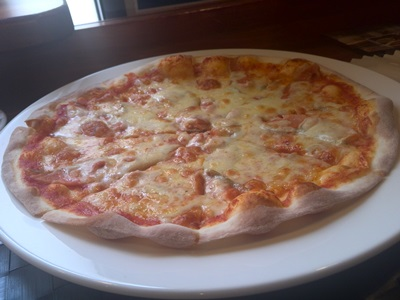 サーモンとアンチョビのピザ