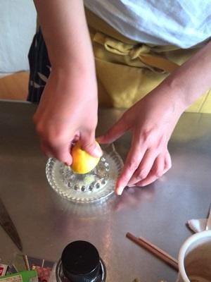 レモン果汁搾り中