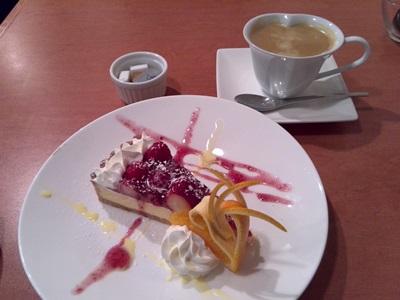 苺のタルトとコーヒー
